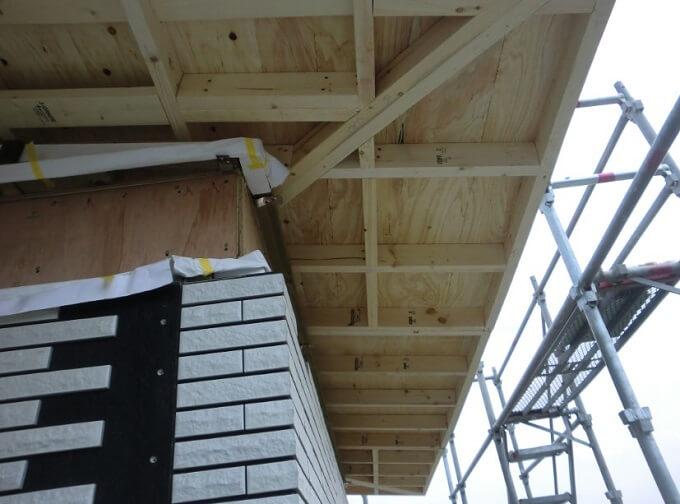 上棟3日目(後半) 屋根がズレているように見えてしまった、僅かな庇の長さの違いが生んだ誤解