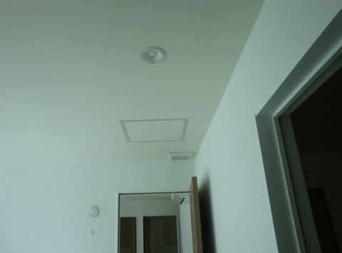 一条工務店i-smartの2階廊下に設置したロスガード90のRA(排気口)