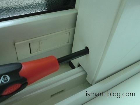 一条工務店i-smartの引き違い戸の調整、ドライバーでネジを調整している様子の写真