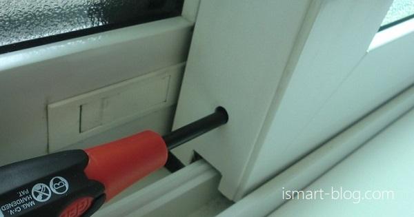 一条工務店i-smartの引き違い戸の傾きをドライバーで調整している様子