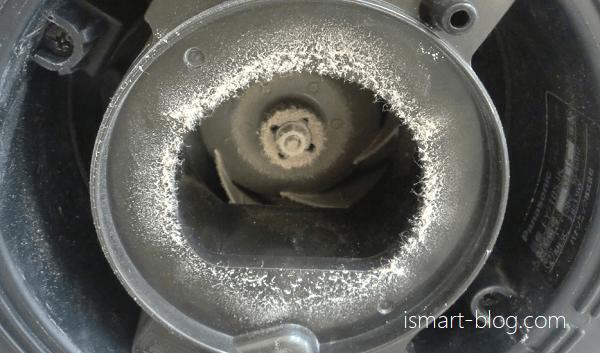 二年半掃除をしなかったPanasonic天井埋込型ナノイー発生器「エアイー」の内部の汚れ具合を撮影した写真
