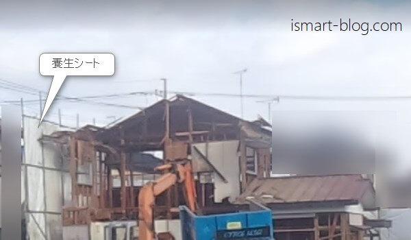 重機を使って家本体の解体を行っている際の写真。解体工事の終盤の様子。