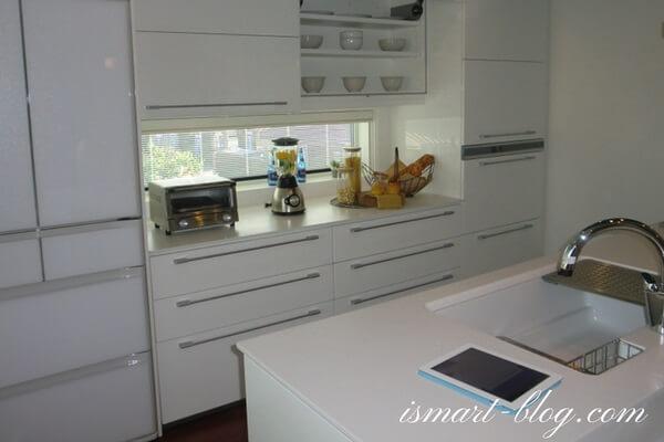 一条工務店伊勢崎展示場i-smartの2Fステップカウンタータイプのスマートキッチンとカップボード