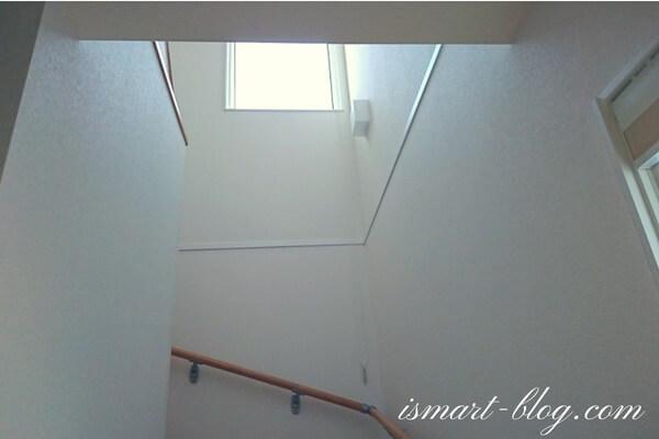 一条工務店i-smart標準のコの字型のボックス階段の採光用に採用したFIX窓(JF2445)