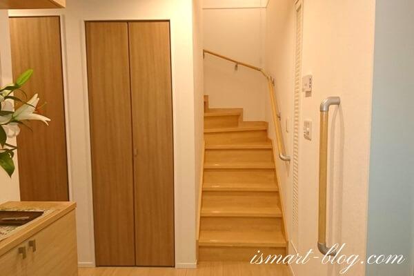 一条工務店i-smartのボックス階段と階段下物入入り口の引き戸