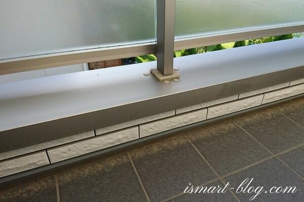 一条工務店i-smart標準のバルコニーの手摺「ファインバルコニー(ミストガラス)」の笠木部分