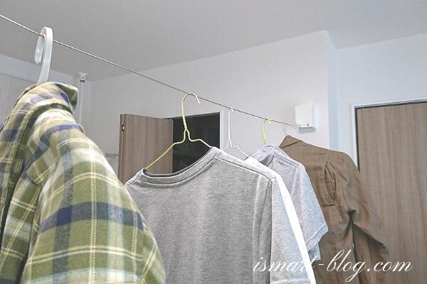室内物干しワイヤーpid4Mに洗濯物を吊るした様子
